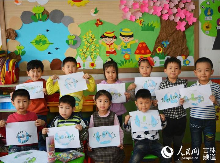 幼儿园的小朋友们用绘画的形式表达爱护地球